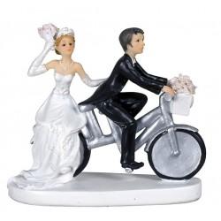 Couple de mariés à vélo