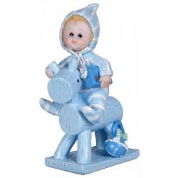 Bébé garçon sur cheval de bois