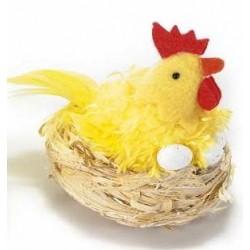 Poule décorative dans son nid